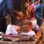 صور احراق الميت فى الهند 4