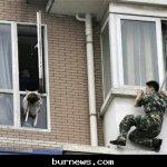 صيني يحاول إلقاء طفلته 2