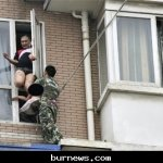 صيني يحاول إلقاء طفلته 7
