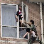 صيني يحاول إلقاء طفلته 8