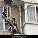 صيني يحاول إلقاء طفلته 9