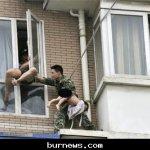 صيني يحاول إلقاء طفلته 10
