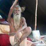 رجل هندي يبقي يده اليمنى مرفو1