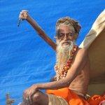 رجل هندي يبقي يده اليمنى مرفو2