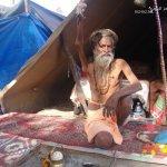 رجل هندي يبقي يده اليمنى مرفو3