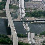 صور مذهلة لانهيار الجسر وفوقه1