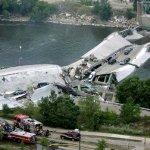 صور مذهلة لانهيار الجسر وفوقه2