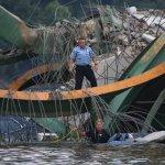 صور مذهلة لانهيار الجسر وفوقه3