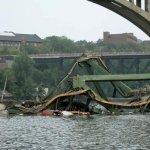 صور مذهلة لانهيار الجسر وفوقه8
