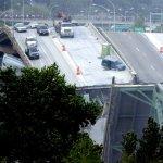 صور مذهلة لانهيار الجسر وفوقه9