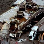 صور مذهلة لانهيار الجسر وفوقه10