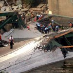 صور مذهلة لانهيار الجسر وفوقه13