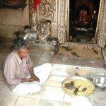 شوفو كيف يتعامل الشعب الهندوس6