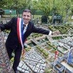 رجل عشق باريس فبناها في حديقة1