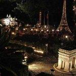 رجل عشق باريس فبناها في حديقة3