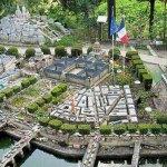 رجل عشق باريس فبناها في حديقة4